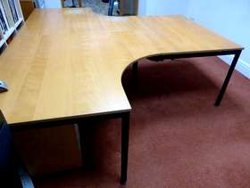 Freecycle 2 desks + 1 table